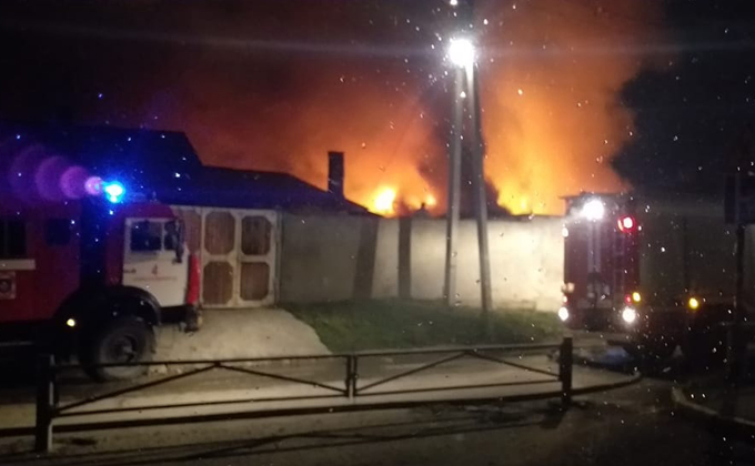 Стволами повышенной мощности тушили пожар в Новосибирске