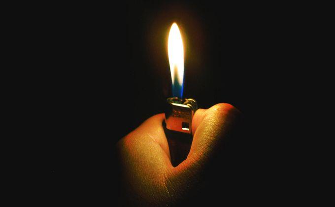 «Дал пьяной «телке» прикурить»: пожар поссорил жителей Каргата