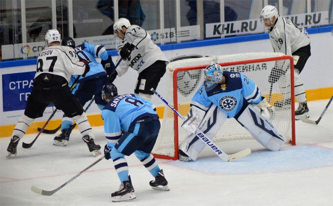 Новосибирская «Сибирь» на своем льду проиграла челябинскому «Трактору»
