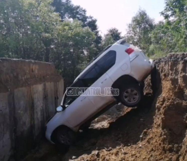 В Приморье в разлом на дороге угодил водитель внедорожника