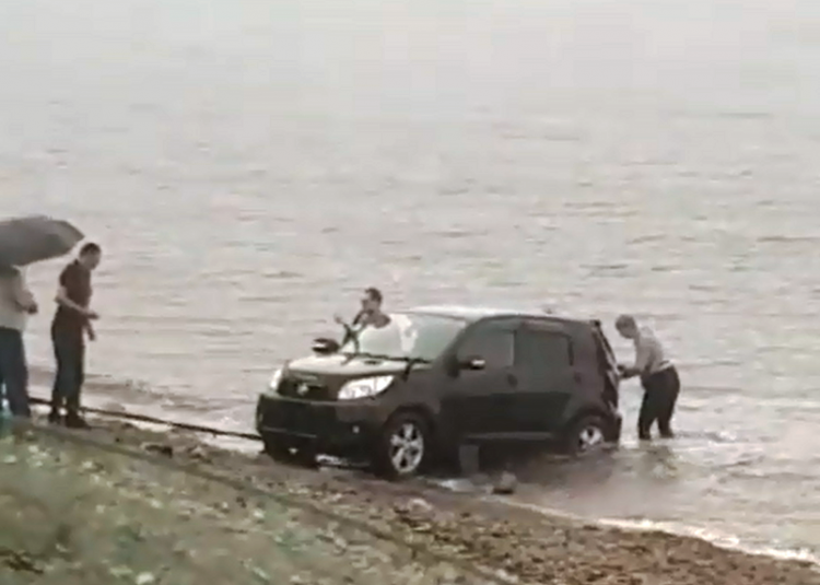 Машина скатилась в море во Владивостоке