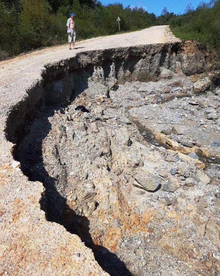 «Кажется, что метеорит упал»: Огромная яма на дороге появилась в Приморье
