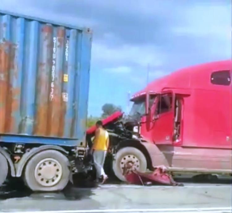ДТП с двумя контейнеровозами поставило трассу в Приморье в пробку