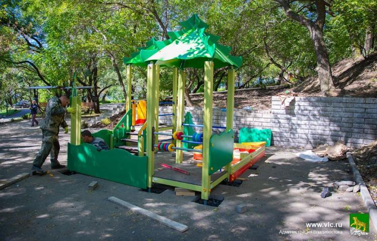 На улице Енисейская во Владивостоке устанавливают детскую и спортплощадки