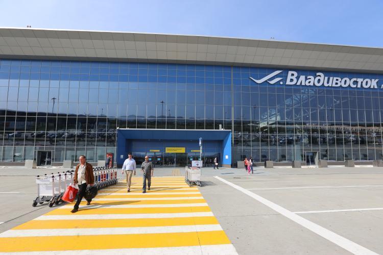 Во Владивостоке приземлился самолет с моряками с горящего судна