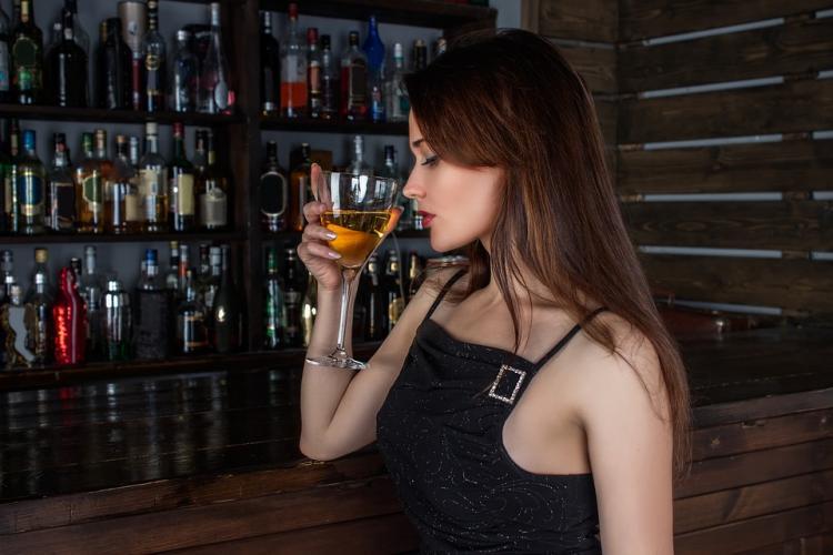 Истина в вине: Почему женщины в России стали пить больше?