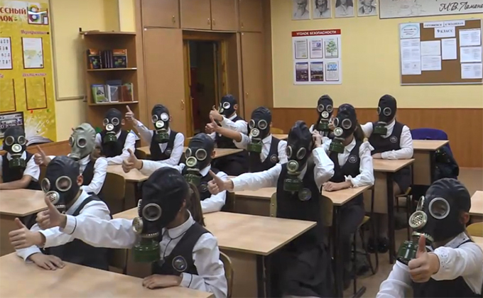 В противогазах сидели на уроке новосибирские школьники