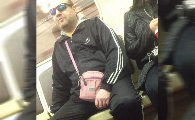 Суровый мужчина с розовой сумочкой засветился в новосибирском метро