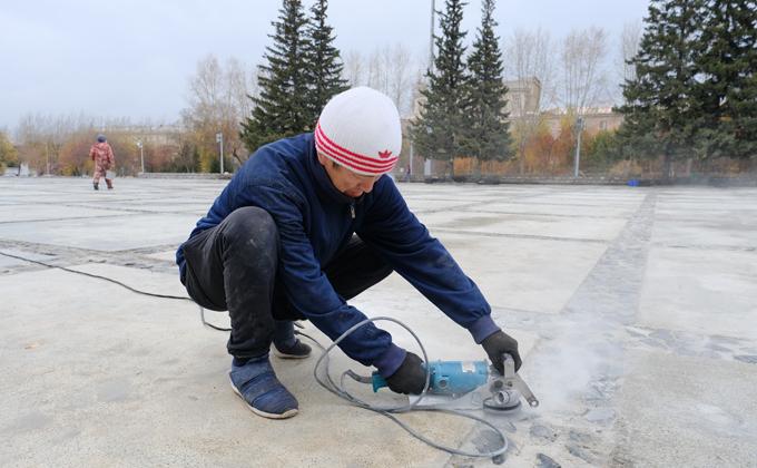 Губернатор поручил завершить укладку плитки до холодов на Монументе Славы