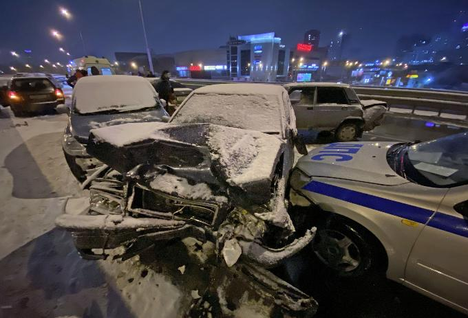 ДТП с участием 19 машин парализовало эстакаду Южной площади