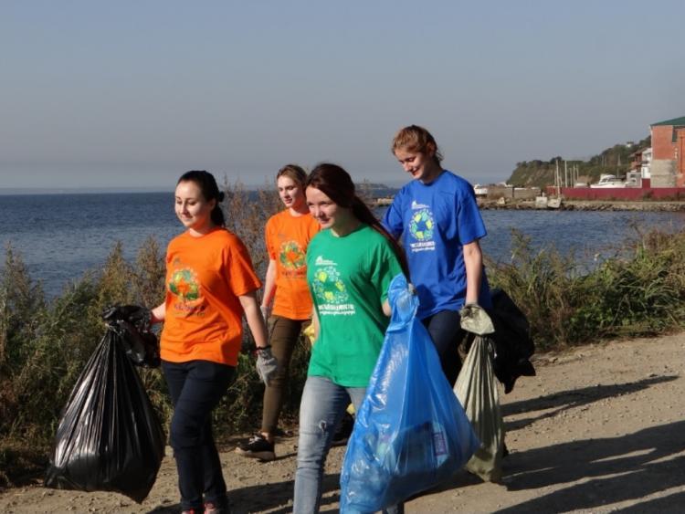 Жители Владивостока собрали четыре тонны мусора на морских субботниках