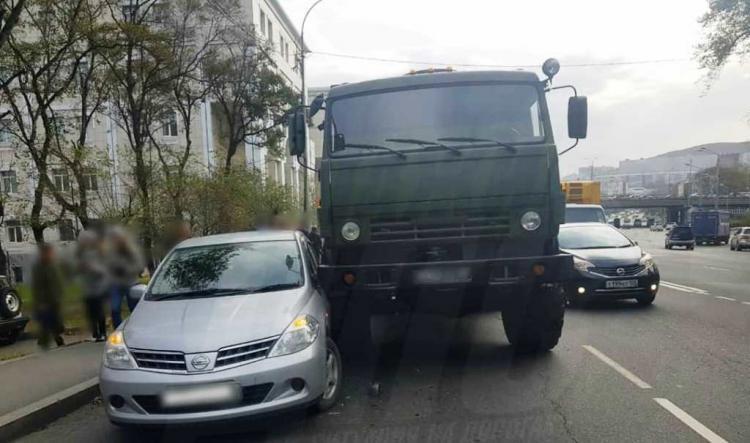 Во Владивостоке иномарка подлезла под КамАЗ
