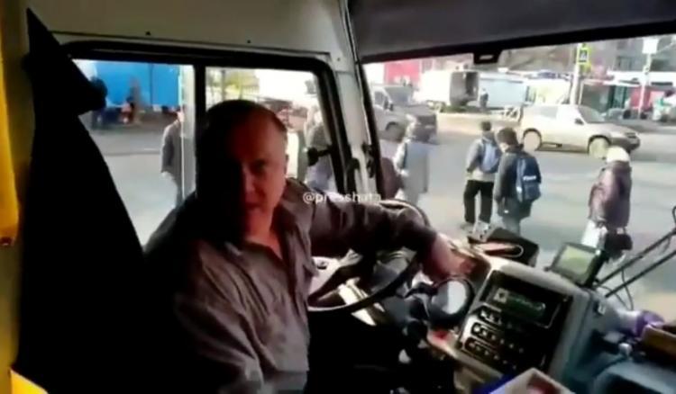 Слушал матные песни, обзывался: мужчину выгнали из автобуса из-за конфликта