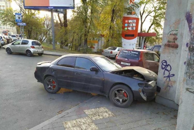 Во Владивостоке виновник ДТП влетел в бетонный забор