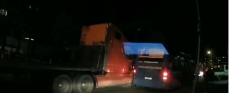 Во Владивостоке произошло ДТП с длинномером и пассажирским автобусом
