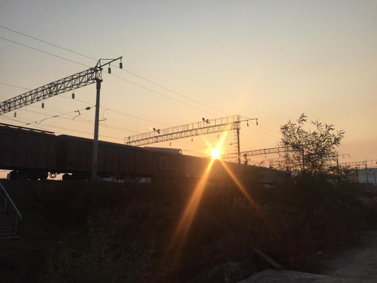 В Приморье компания подростков едва не попала под поезд