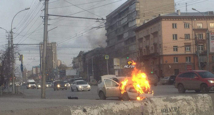 Автомобиль загорелся на улице Челюскинцев в Новосибирске