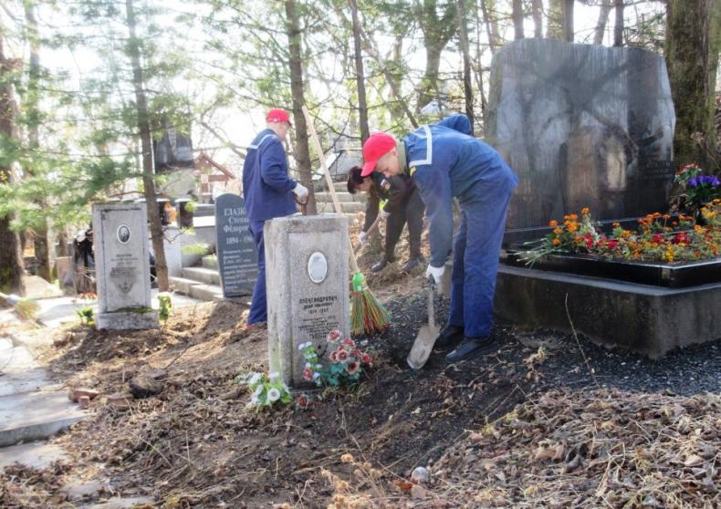 Юнги Владивостока навели порядок на захоронениях советских солдат на Морском кладбище 5.JPG