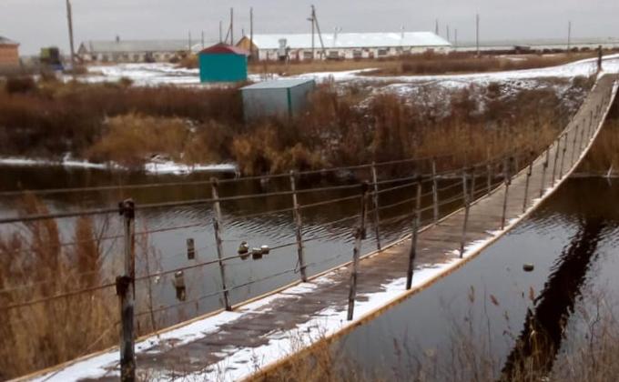 По новому мосту ходят в магазин жители Нестеровки