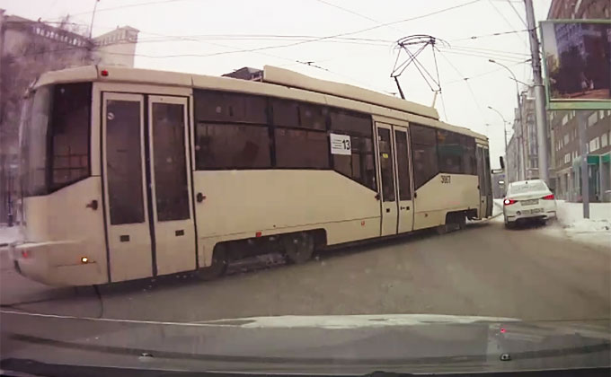 13-й трамвай наказал таксиста-оптимиста