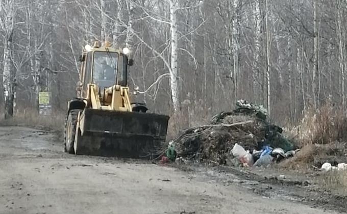 Кучи мусора вывозят с кладбища в Оби после экскурсии депутатов