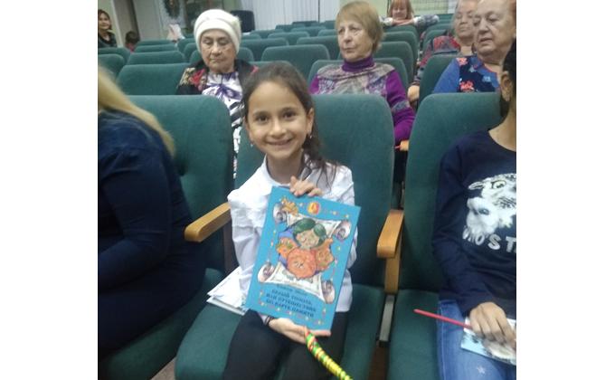 Депутат подарил мамам книги и песни