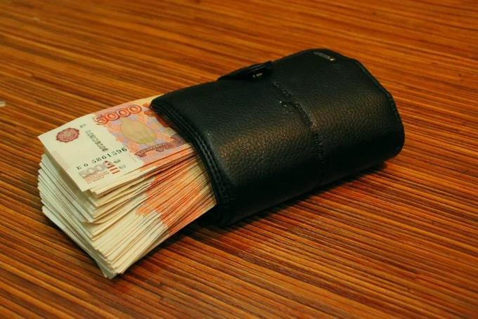 Взятку 300 тысяч от нелегальных торговцев получили полицейские в Новосибирске