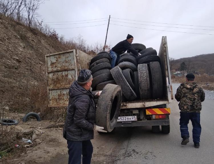 На зиму переобулись, а старые шины оставили на дороге во Владивостоке