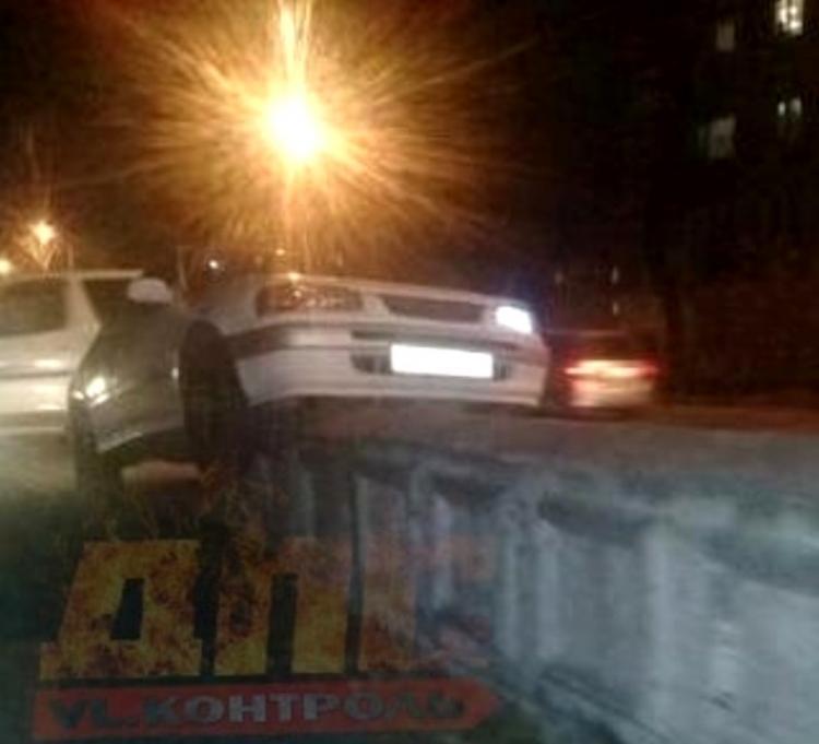 Автовладелец «взял бордюр» на таран во Владивостоке