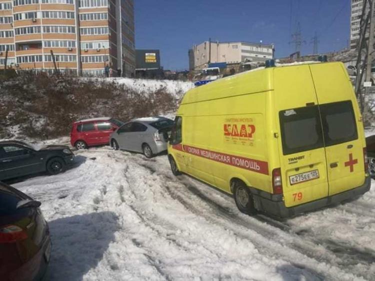 Дорога стала опасным аттракционом после снегопада во Владивостоке