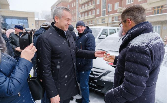 Губернатор Травников вручил ключи от «Патриотов» и «Ларгусов» аграриям-победителям