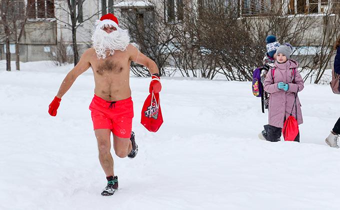 Полуголые Деды Морозы раздали конфеты и скрылись в проруби в Новосибирске