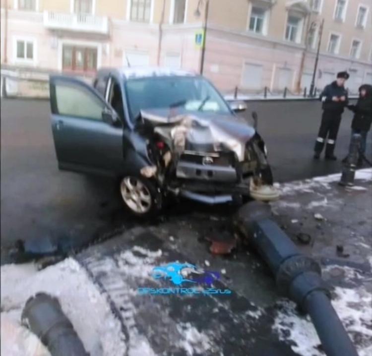 Не вошёл в поворот: В центре Владивостока иномарка снесла ограждение и стол