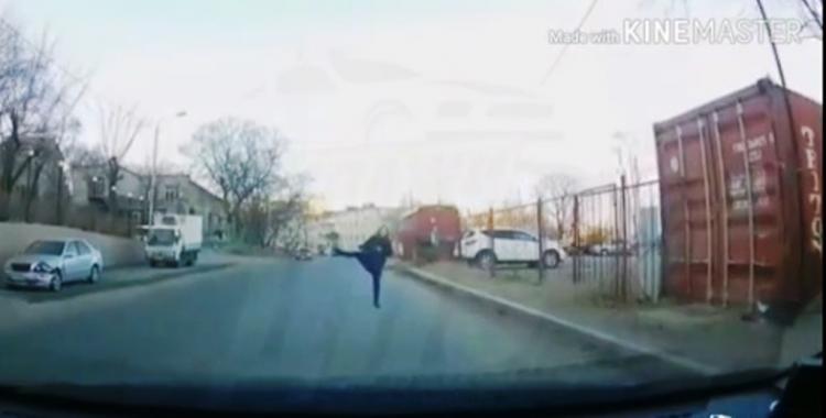 Странная женщина станцевала перед учебной машиной во Владивостоке
