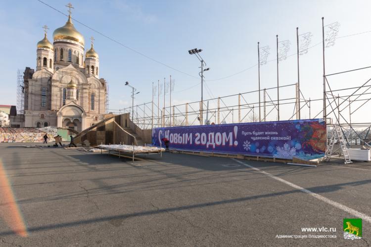 Новогодний городок начали устанавливать на площади Владивостока