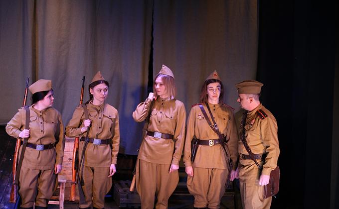 Ужасы войны на сцене показали в праздники артисты из Карасука