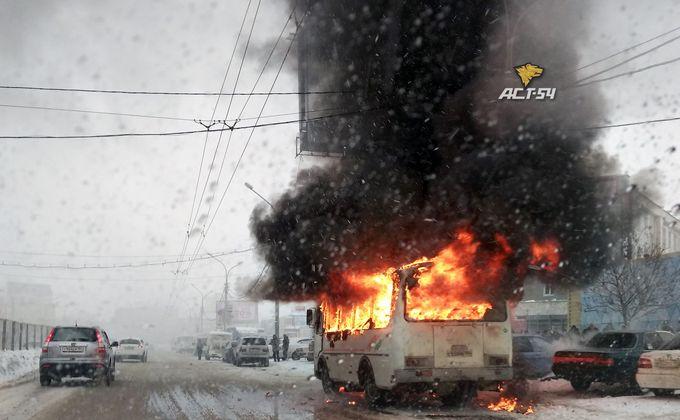 Автобус сгорел на площади Маркса в Новосибирске