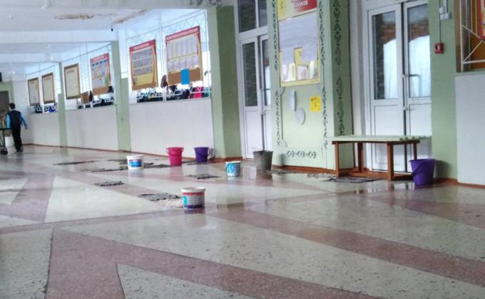 Школу с дырявым потолком заливает в Куйбышеве