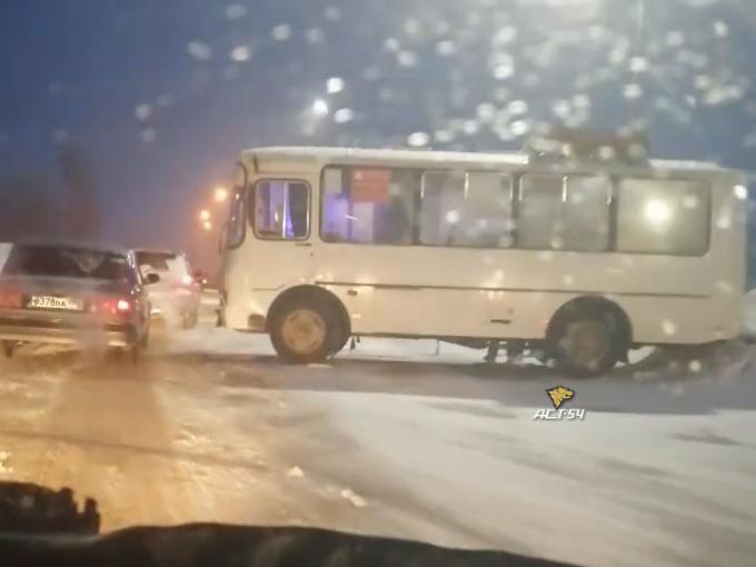 Автобус с пассажирами столкнулся с внедорожником под Новосибирском