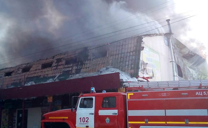 Крупнейший пожар на рынке Искитима потушили через пять часов