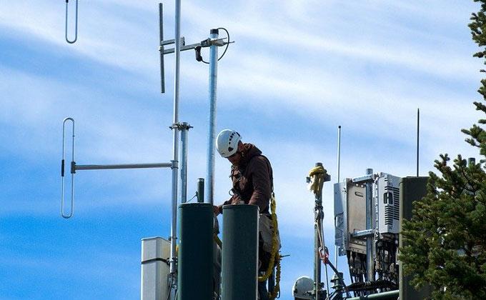 Сноса вышки сотовой связи добились жители Колыванского района