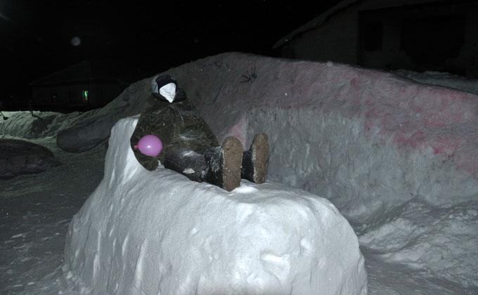 Мужик на ледяной печи спит в центре села Сузунского района