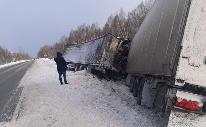 Водитель фуры погиб, влетев в стоявший после смертельного ДТП грузовик