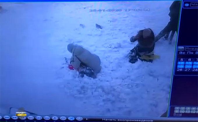 Глыба снега с крыши погребла под собой двух женщин и ребенка