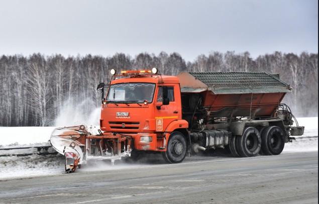 Почти 1000 единиц техники убирают снег на областных трассах