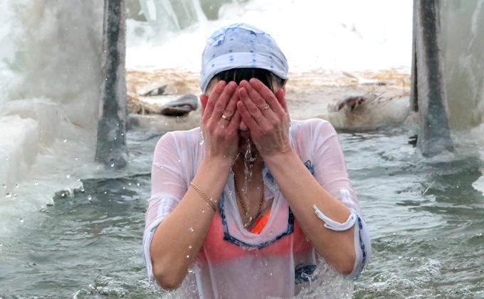 Селфипалка, бикини и алкоголь: что нельзя при крещенских купаниях