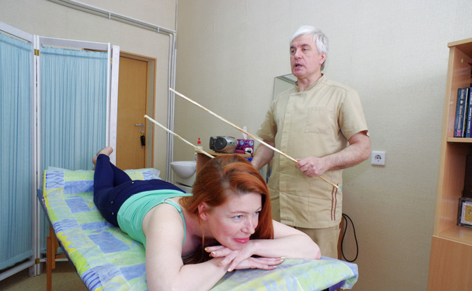 Розгами снимает стресс «поркотерапевт» из Новосибирска