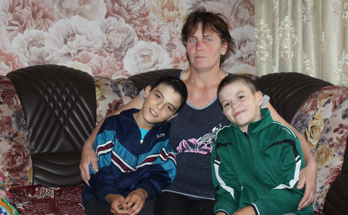 «Мама оставила нас в автобусе и вышла» – история братьев-двойняшек