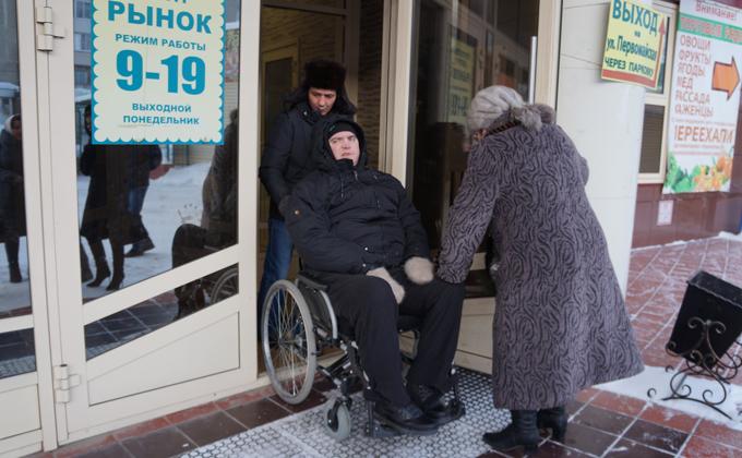 На веревке спускали колясочника со второго этажа в Бердске
