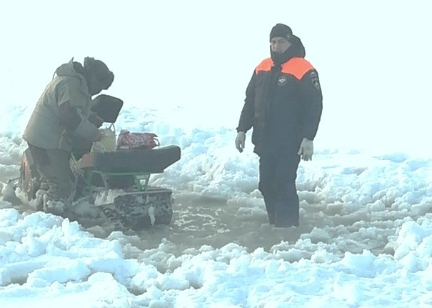 Трех замерзающих рыбаков спасли на льду Обского моря